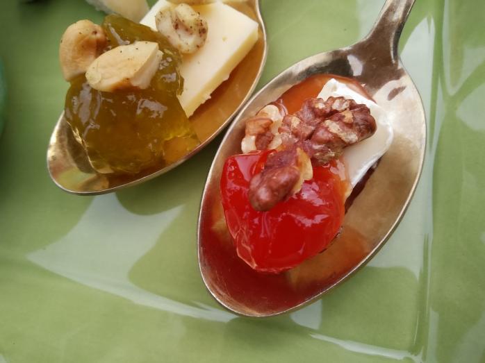 ostskedar med tomatmarmelad